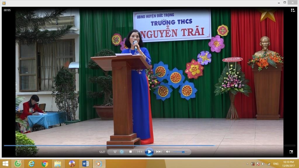 Cô Nguyễn Thị Thu - Phó hiệu trưởng đọc thư của chủ tịch nước Trần Đại Quang gửi ngàng giáo dục nhân ngày khai trường.