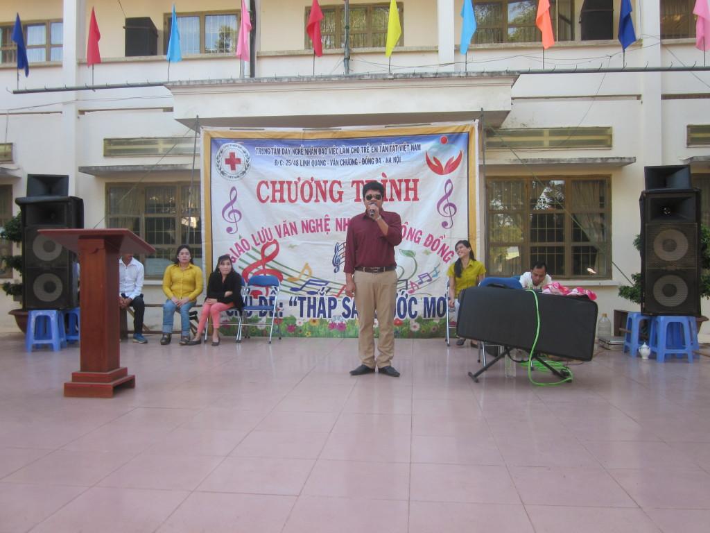 Thầy Diễm, đại diện trung tâm giới thiệu chương trình.