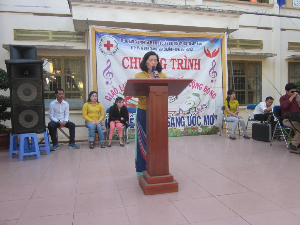 Cô Nguyễn Thu - Phó hiệu trưởng, chi hội trưởng chữ thập đỏ trường, đôi lời phát biểu với trung tâm.