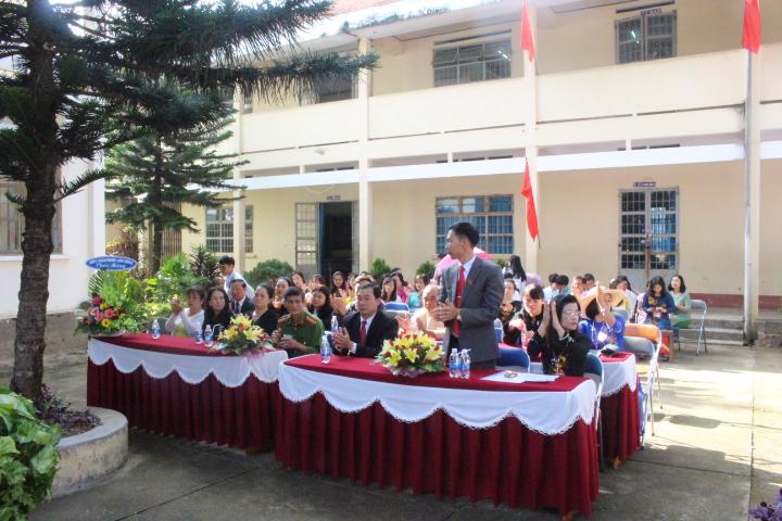 Đại biểu về tham dự buổi lễ khai giảng năm học mới.