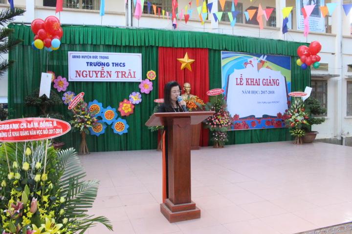 Cô Ngô Thị Hương - Bí thư chi bộ - Hiệu trưởng phát biểu diễn văn khai giảng năm học mới 2017 - 2018.