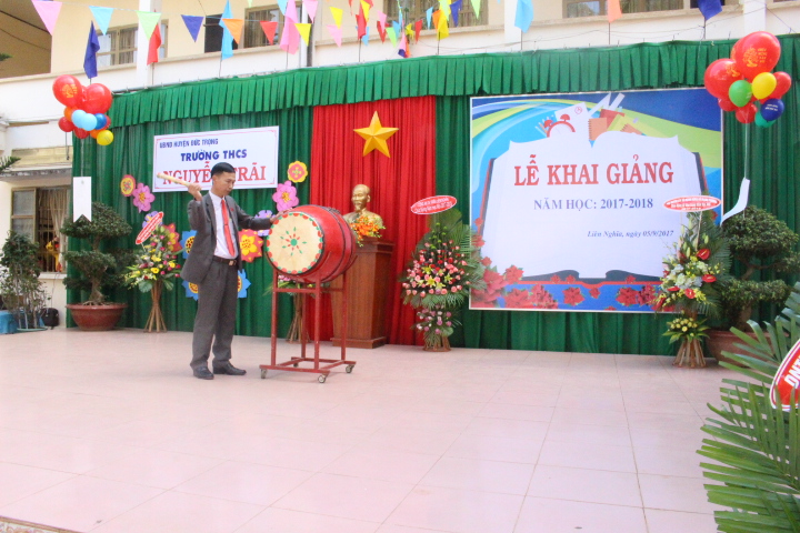 Ông Phan Văn Long - Phó bí thư Đảng ủy thị trấn Liên Nghĩa, đánh trống chào mừng năm học mới.